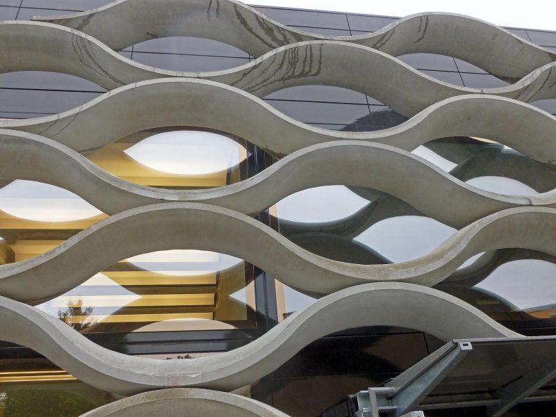 Screen : Brises soleils en béton sur une façade d'un bâtiment d'exposition